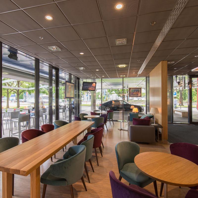 Langer Tisch im Eurocenter in Zagreb