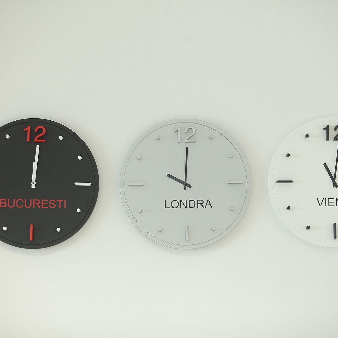 Drei Uhren mit Uhrzeiten aus Bukarest, London und Wien