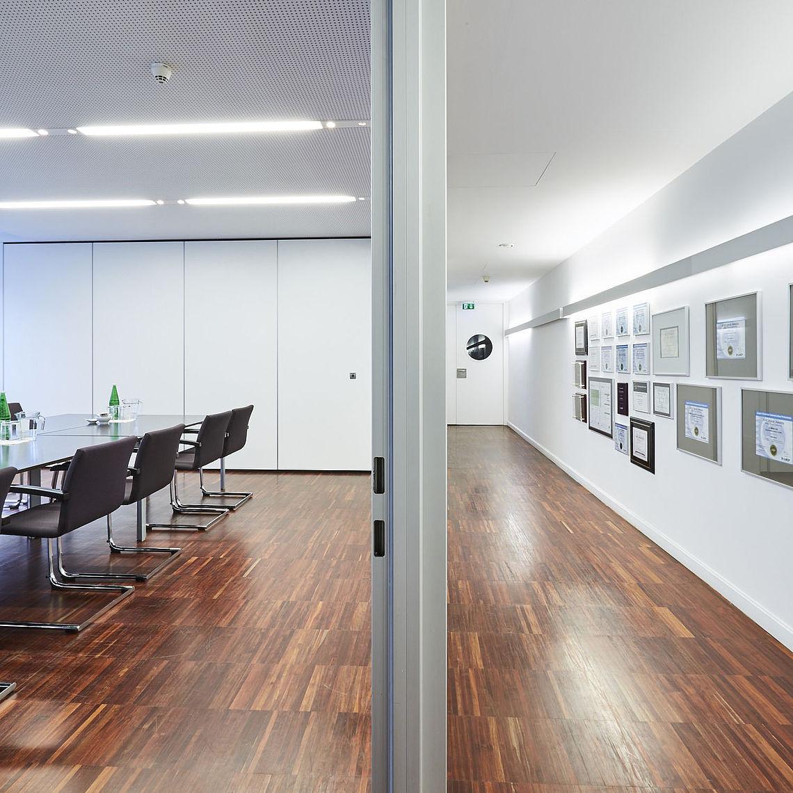 Besprechungszimmer und Gang im Akademiehof in Wien